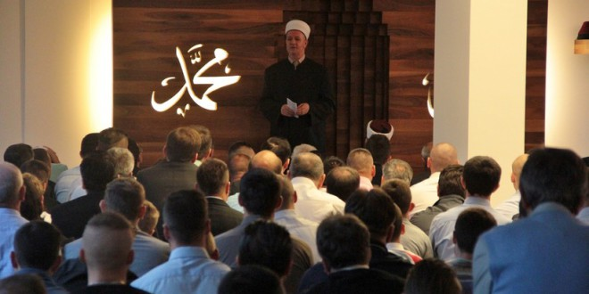 Rund 350 Muslime versammelten sich im Dzemat der Islamischen Gemeinschaft Bosniens in Schlieren zum gemeinsamen Bajram-Gebet